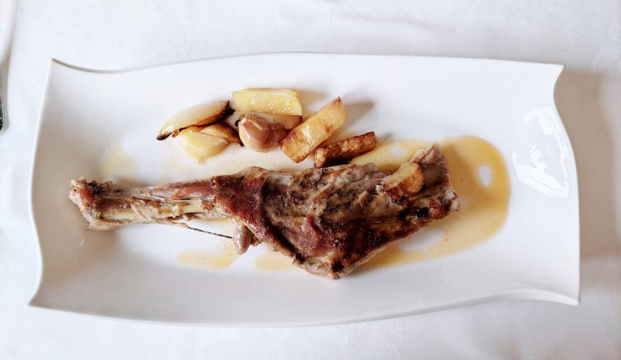 Paletilla-de-cabrito-lechal-al-horno-con-guarnicion, receta-cabrito lechal, cocinar-cabrito-lechal, receta- cordero-lechal, paletilla-lechal